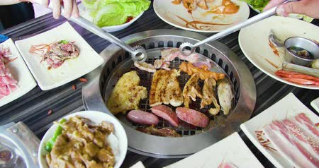 食物 : Meat Grilling Over A Hot Bbq Fire in Restaurant 影像素材