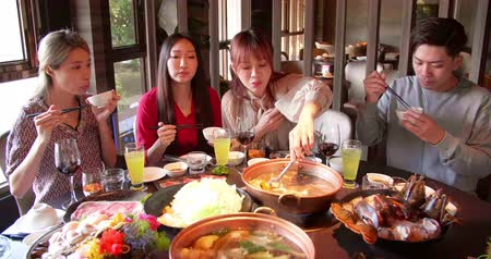 pauzinhos : Happy young friends enjoy dinner in hot pot restaurant