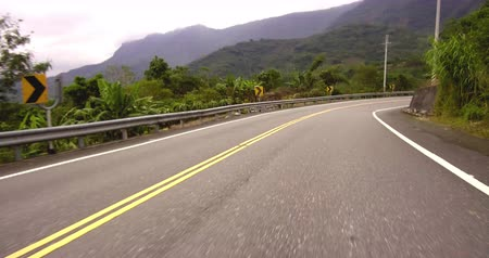 a natureza : Driving car on mountain curve road