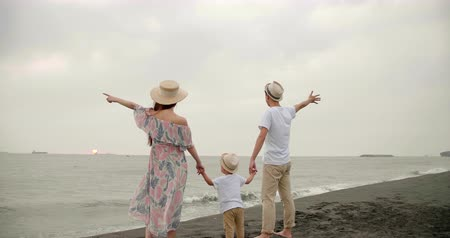 лето : happy asian family having fun on the beach