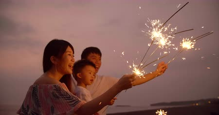 chamas : happy family celebrating new year with sparklers Vídeos