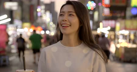 жемчуг : young woman enjoy bubble milk tea with street food in Night Market