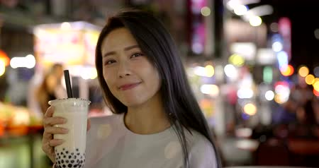 mercado : Asian woman enjoy bubble milk tea with street food in Night Market