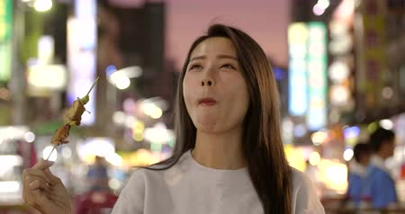 grillowanie : Asian young woman enjoy street food in Night Market Wideo