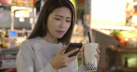 mercado : Asian young woman enjoy street food in Night Market Stock Footage