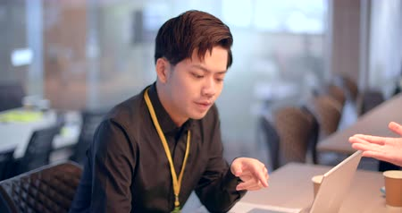 konsultant : asian young Business people working in office Wideo