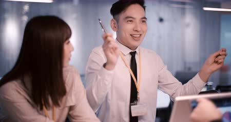 colegas de trabalho : asian young Business people working in office Stock Footage