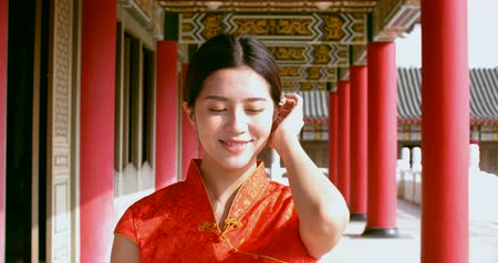 kutlama : Asian young woman in old traditional Chinese dresses in the Temple Stok Video