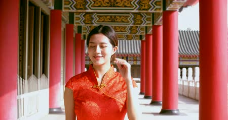 празднование : Asian young woman in old traditional Chinese dresses in the Temple Стоковые видеозаписи