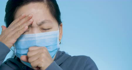 kék háttér : woman wear mask having cold and coughing