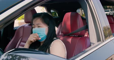 tosse : Sick young woman wear mask and driving the car