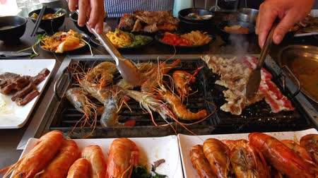 jíst : Time lapse of BBQ shrimp on grill at restaurant