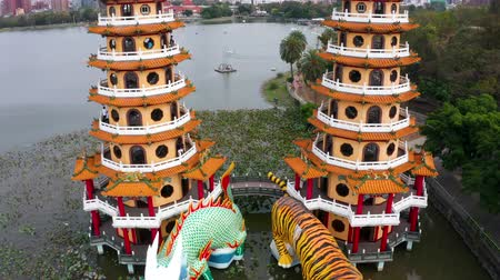 пагода : Aerial view lotus pond and Dragon and Tiger Pagoda, Kaohsiung, Taiwan. Asia. Стоковые видеозаписи