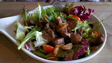 диеты : Tasty salad with grilled beef steak