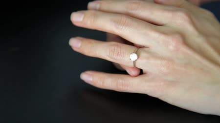 rozpouštění : Removing ring from ring finger. Concept of divorce, marriage problem.