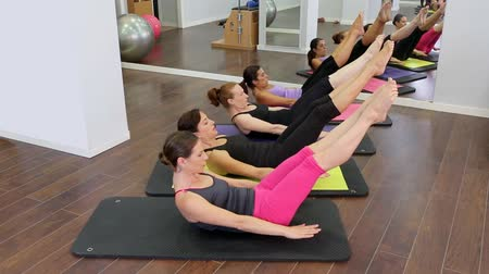 Aerobic Pilates Personal Trainer in einem Fitness-Studio-Klasse Gruppe in einer Reihe Videos