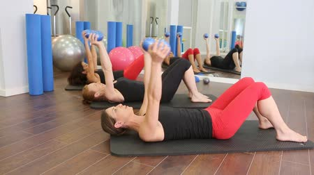 eğitici : Aerobic Pilates Personal trainer in a gym class group in a row Stok Video
