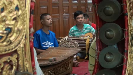 Young Thai Musicians.   WAT POE TAI MANEE, PHETCHBURI, THAILAND - CIRCA NOVEMBER 15 2015: Young Thai musicians play in a Temple, at WAT POE TAI MANEE, PHETCHBURI, THAILAND ON CIRCA NOVEMBER 15 2015 Стоковые видеозаписи