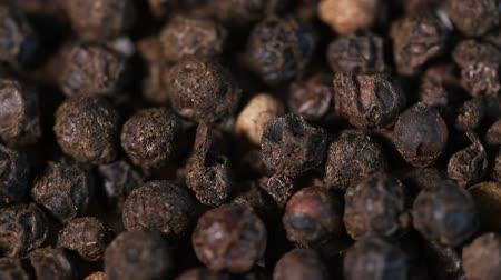 pimenta em grão : black peppercorns spin around slowly.