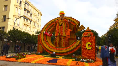 citrom és narancsfélék : FRANCE, MENTON - FEBRUARY 18: 84th Lemon Festival (Fete du Citron) in Menton town on the French Riviera. Huge citrus constructions made from lemons and oranges on Broadway theme on February 18, 2017 Stock mozgókép