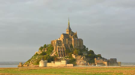marea : Video de Time-lapse de la abadía de Mont Saint Michel durante la puesta de sol. Normandía, Francia Archivo de Video
