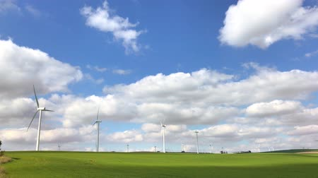 effectiviteit : Landelijk landschap met werkende windturbine in Andalusia, Spanje Stockvideo