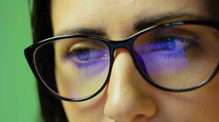 reflexão : Reflection and glare from the laptop on the glasses, HD footage