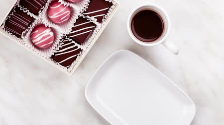 pörkölt cukros mandula : Cup of coffee, handmade pink bonbon stuffed with marshmallow on table with cup of coffee. Exclusive artisan chocolate handcrafted candy
