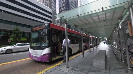 автобус : passenger and local people using singapore bus service