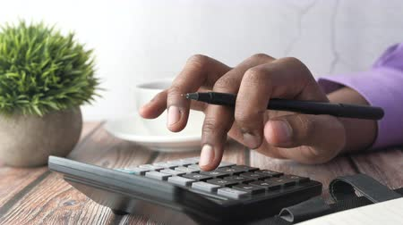calcular : Closeup of man hand use calculator on desk