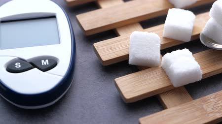 coisas : Close up diabetic measurement tools and sugar on table