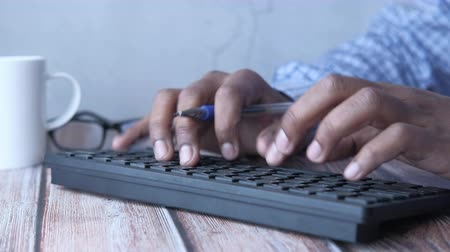 vstup : Close up of man hand typing on keyboard