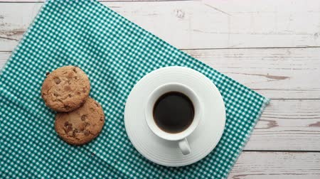 migalha : top view of coffee and cookies on table