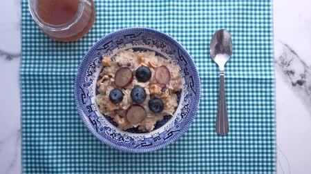 oat flakes : top view of berry food and oats on plate
