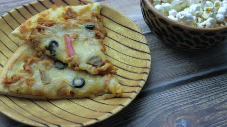 откорме : Fast food and unhealthy eating concept .Close up of pizza and popcorn on table