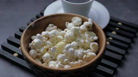 높은 각도 : high angle view of popcorn and tea on table