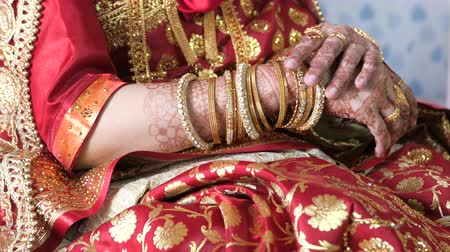 браслет : top view of indian bride hand with jewelry Стоковые видеозаписи