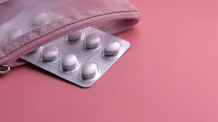 aşırı doz : top view of white pills, container on pink background
