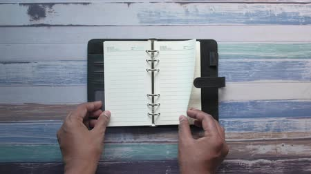 espace vide : top view person turning a diary pages on a table Vidéos Libres De Droits