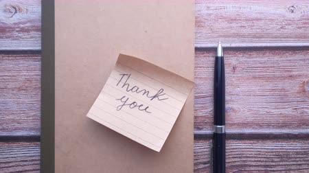 dankbaar : thank you note and pen on table
