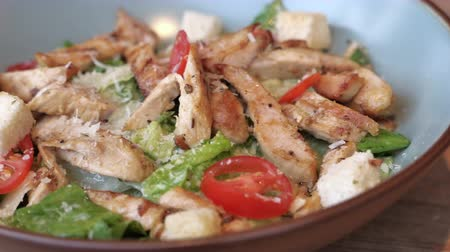 göğüs : Close up of chicken salad in a bowl on wooden table