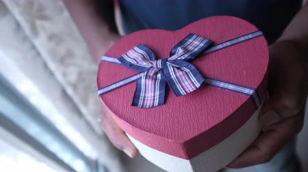 kerstpakket : top view of heart shape gift box on table, valentine day