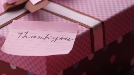 levelezés : thank you letter with gift box on table Stock mozgókép