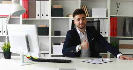 businessman in suit coat showing thumb up Dostupné videozáznamy