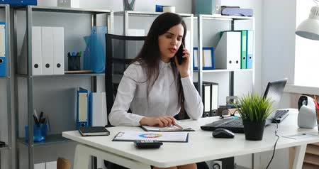 área de trabalho : businesswoman talking on smartphone and working in modern office