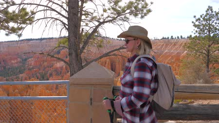 fennsík : Woman Tourist Hiking To Background Orange Red Sandstone Mountains Bryce Canyon