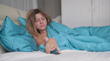 sério : Really Sleeping Woman Wakes Up And Looks At The Phone Throws It And Falls Asleep