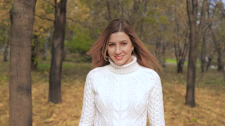 pulóver : Movement Of Joyful Smiling Beauty Young Woman Enjoys Walks In The Autumn Park