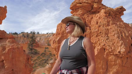 fabuloso : Hiking Mature Woman Enjoy The Fantastic Views Of Bryce Canyon Utah Usa