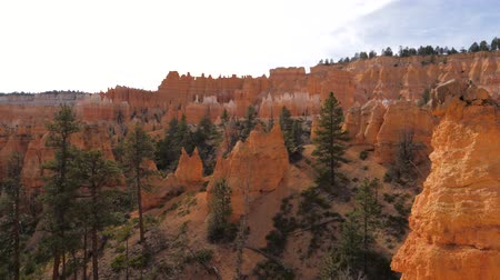 pináculo : Panorama Of Bryce Canyon With Orange Red Mountains And Cliffs